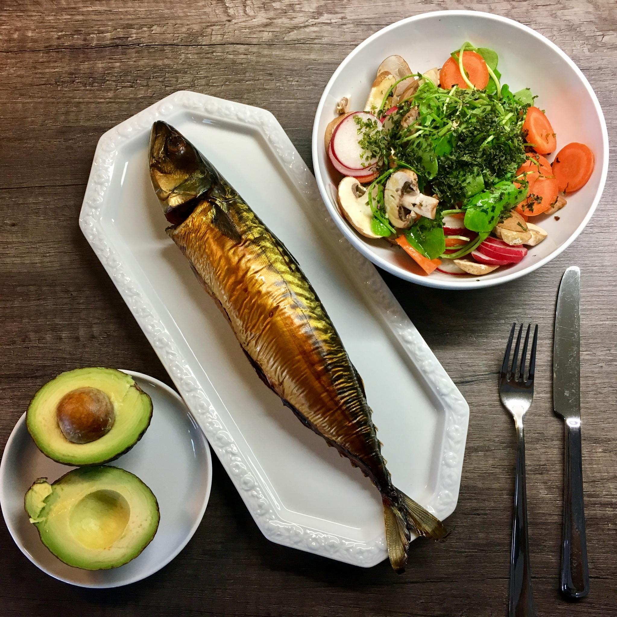 Geräucherte Makrele mit Avocado und Salat aus Champignon, Radieschen, Karotte, Postelein und frischen Kräutern.
