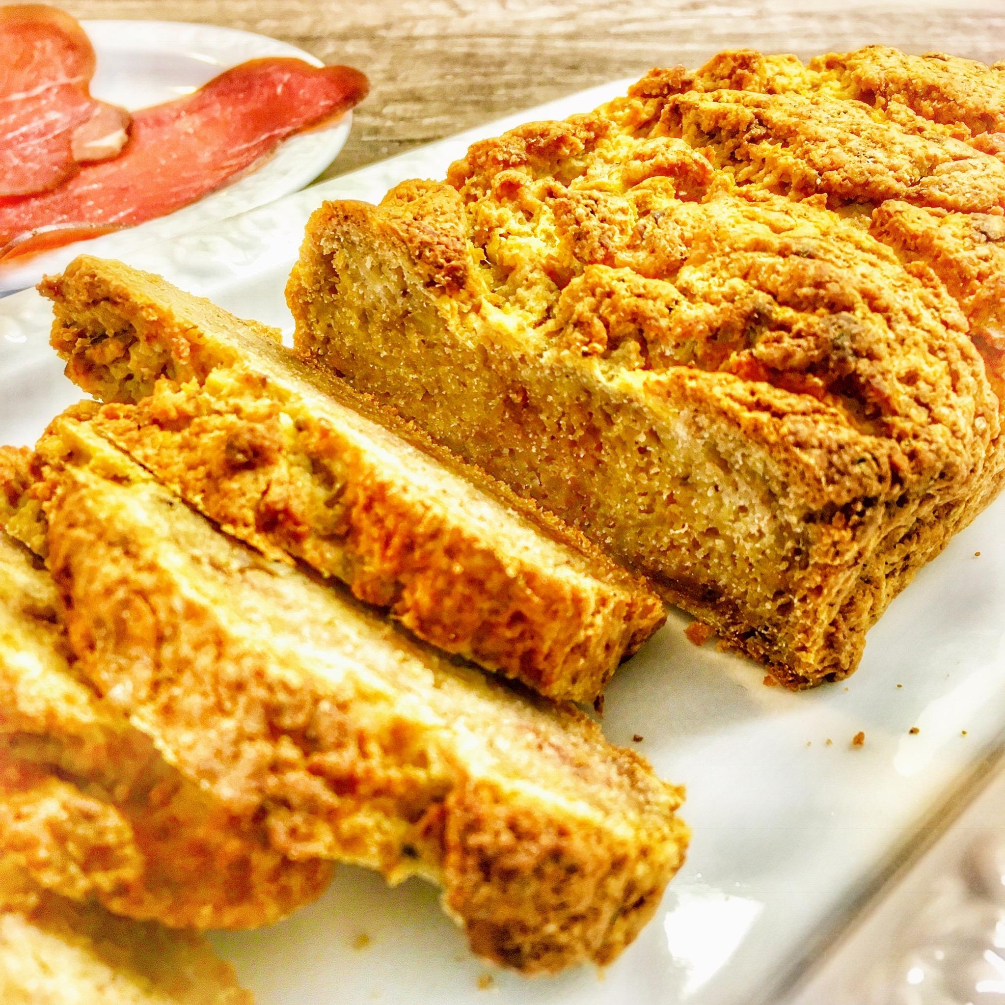 Unser knuspriges AIP Brot ist vollkommen getreidefrei. Es eignet sich damit auch für die Paleo Ernährung. Da es relativ mild im Geschmack ist, eignet es sich für süße und deftige Beläge gleichermaßen. Lecker!
