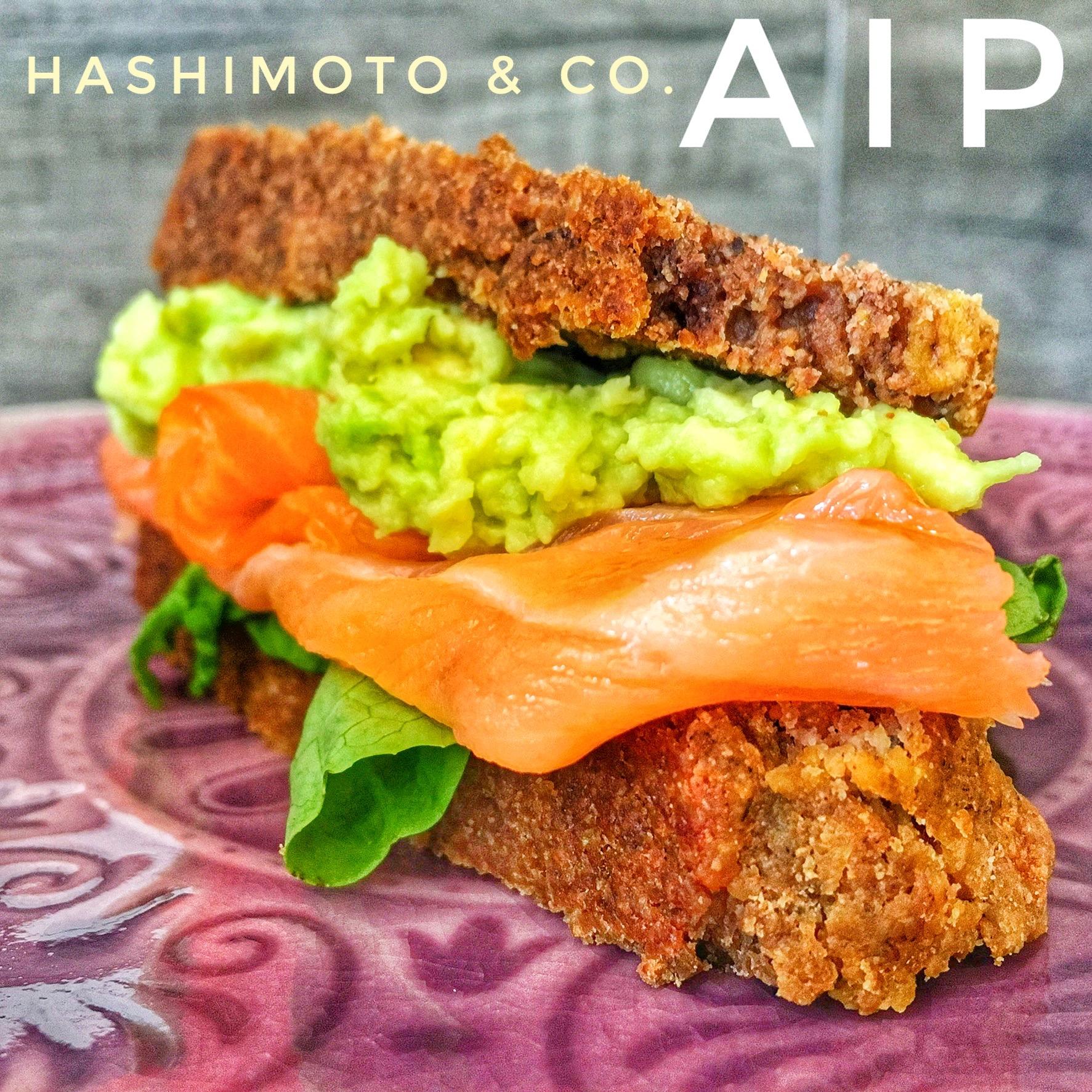 AIP-Brot mit Salat, Lachs und Avocado-Creme.