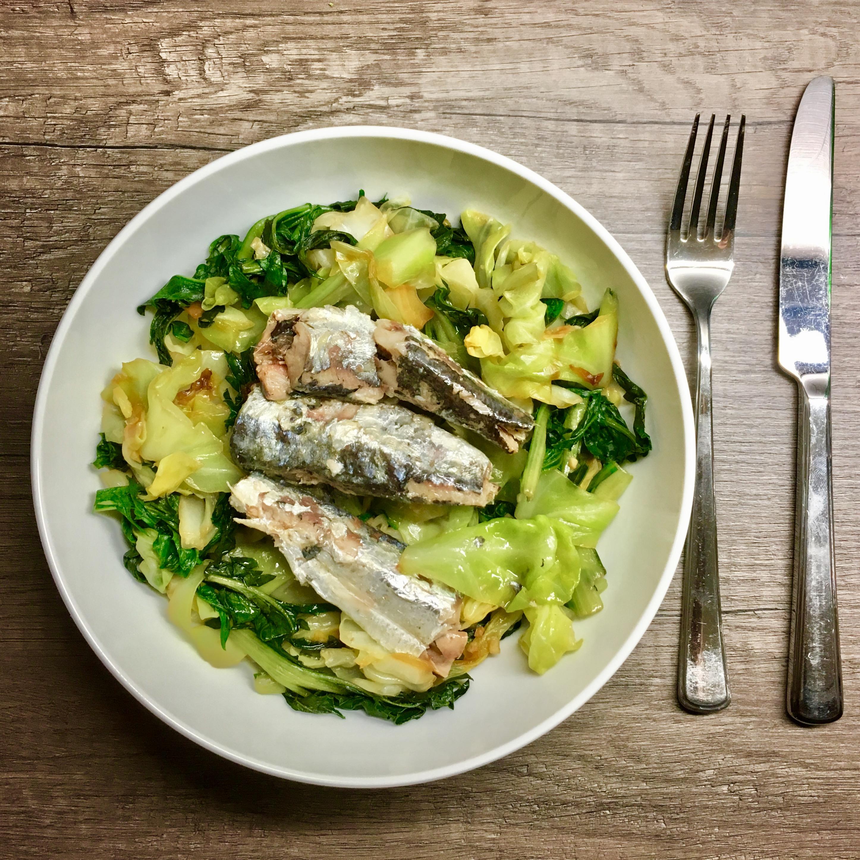 Hier haben wir eine kalorienarme Mahlzeit aus gebratenem Spitzkohl und Vulkanspargel (Puntarelle), verfeinert mit Sardinenfilets in Olivenöl. Eignet sich hervorragend für ein Abendessen. Während der Spitzkohl den Magen füllt, liefert der Fisch wertvolles Eiweiß zum Erhalt der Muskulatur. Das Olivenöl wirkt als Geschmacksträger und sättigt lange. Fühlt sich leicht an und stört den Schlaf nicht.