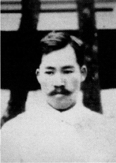 Hakaru Hashimoto beschrieb mit seiner Dissertation aus dem Jahr 1912 erstmals die Symptome der nach ihm benannten Schilddrüsenerkrankung Hashimoto-Thyreoiditis.