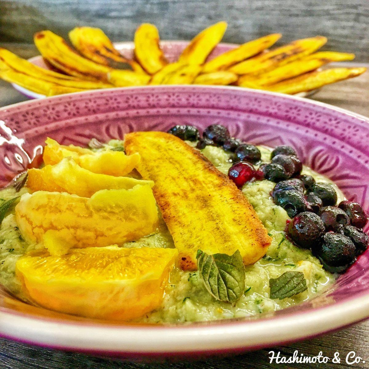 Erdmandel-Porridge mit geraspelter Zucchini, Kochbanane, Orange und Blaubeeren.