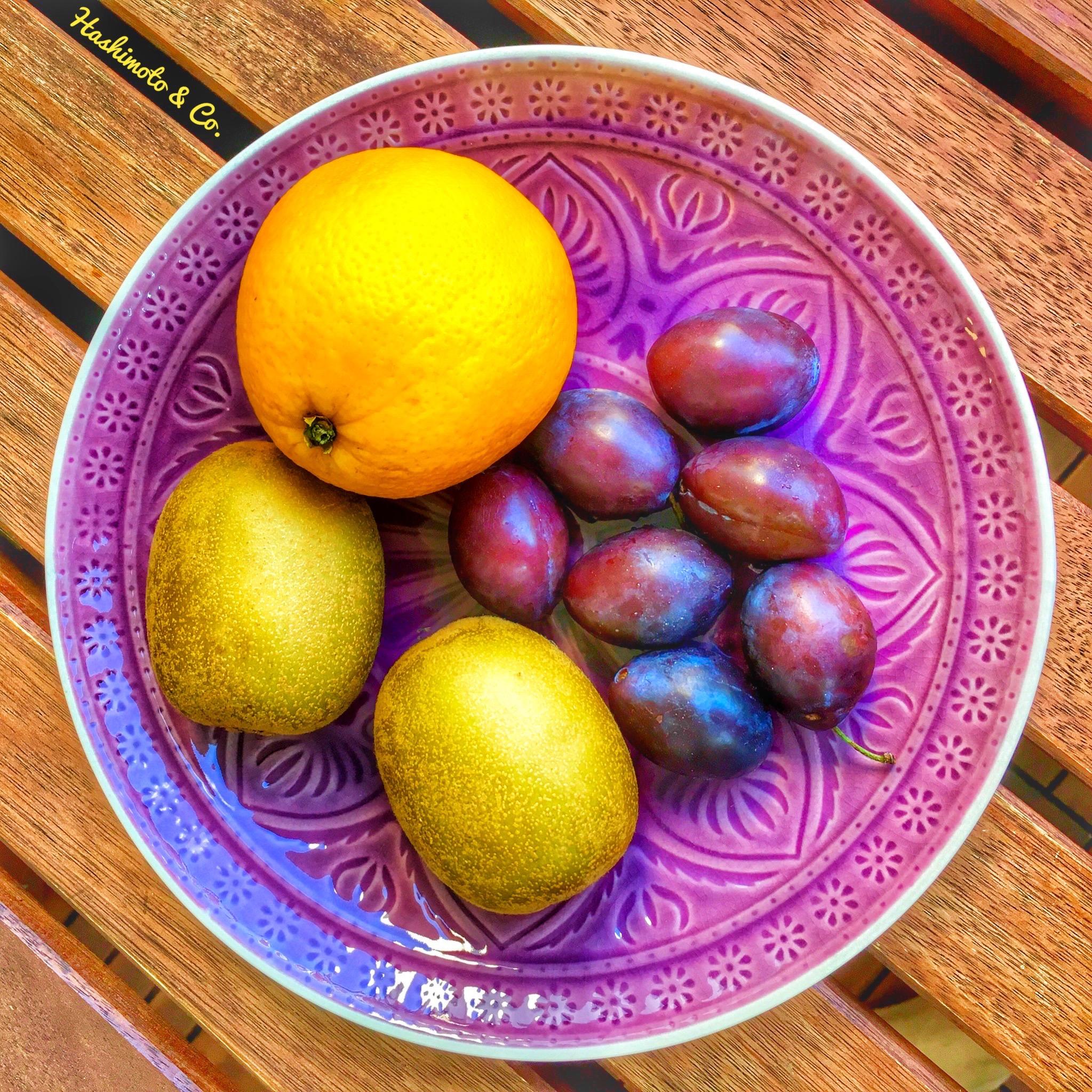 Zwei Kiwis, eine Orange und eine Hand voll Pflaumen. Damit ist dein Fructose-Limit für den Tag erreicht.