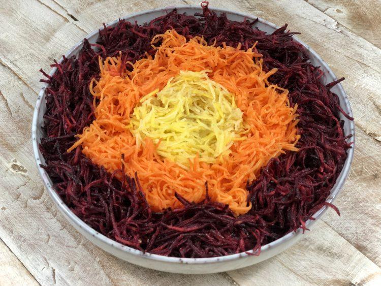 AIP-Bowl mit dreifarbigem Karottensalat und einer Vinaigrette aus Zitrone, Orange und Olivenöl. Zusätzlich Fischöl.