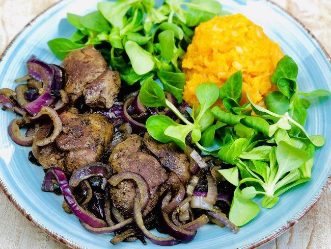 Unser AIP Leber Rezept: Hähnchenleber mit roten Zwiebeln, Süßkartoffel-Püree und Feldsalat
