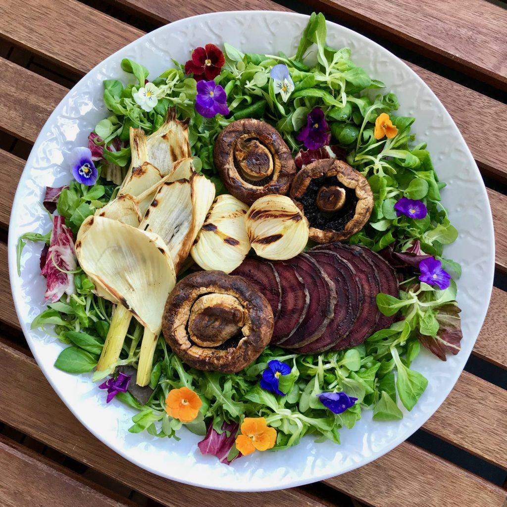 Ein bunter Sommersalat nach dem Nutrivore-Konzept.