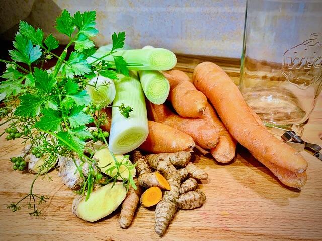 Zutaten für ein antientzündliches und AIP-konformes Karotten Ferment.