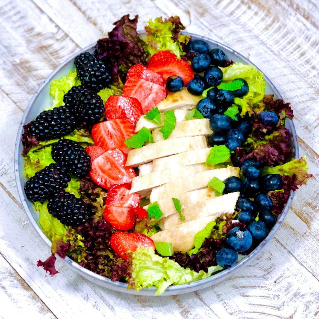 AIP Sommersalat mit Hähnchenbrust und Beeren